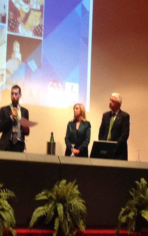 A sinistra il dott. Vigneri. A destra il prof. Giustino Varrassi e la prof. Caterina Aurilio.